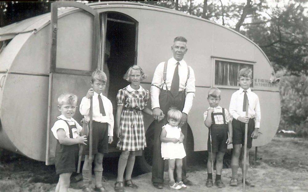 N-4705 Gezin Van der Meulen bij de caravan, 1940 (coll. I. Ramselaar-van der Meulen)