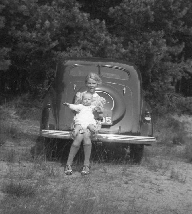 N-4705 Opel Super Six met Willy en Frank op de bumper, 1940 (coll. I. Ramselaar-van der Meulen)