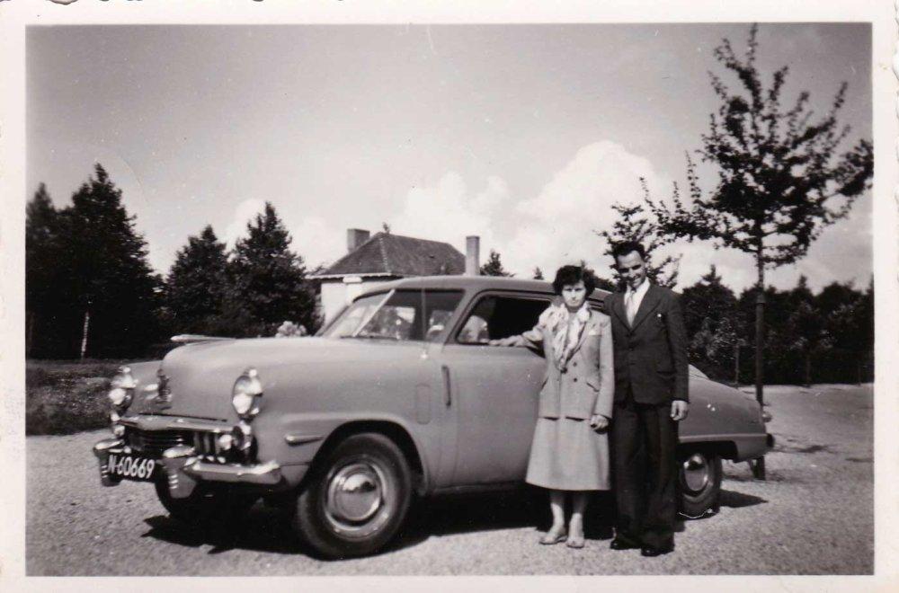 Cor Wijnen en Jan Withagen bij een Studebaker Champion uit 1947-48 (1954; bron: album Lies Wijnen)