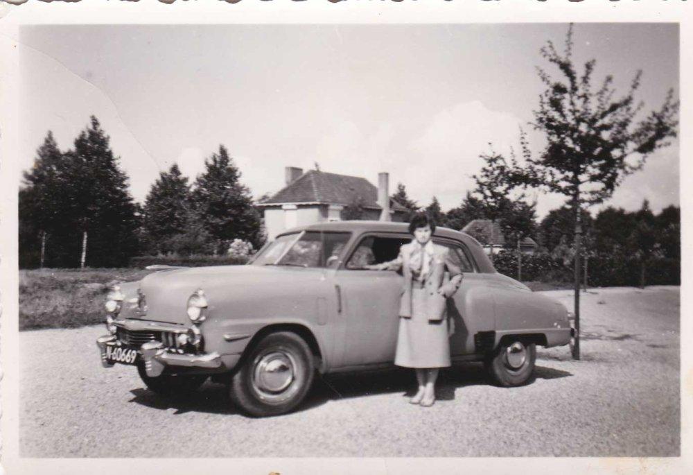 Cor Wijnen bij een Studebaker Champion uit 1947-48 (1954; bron: album Lies Wijnen)