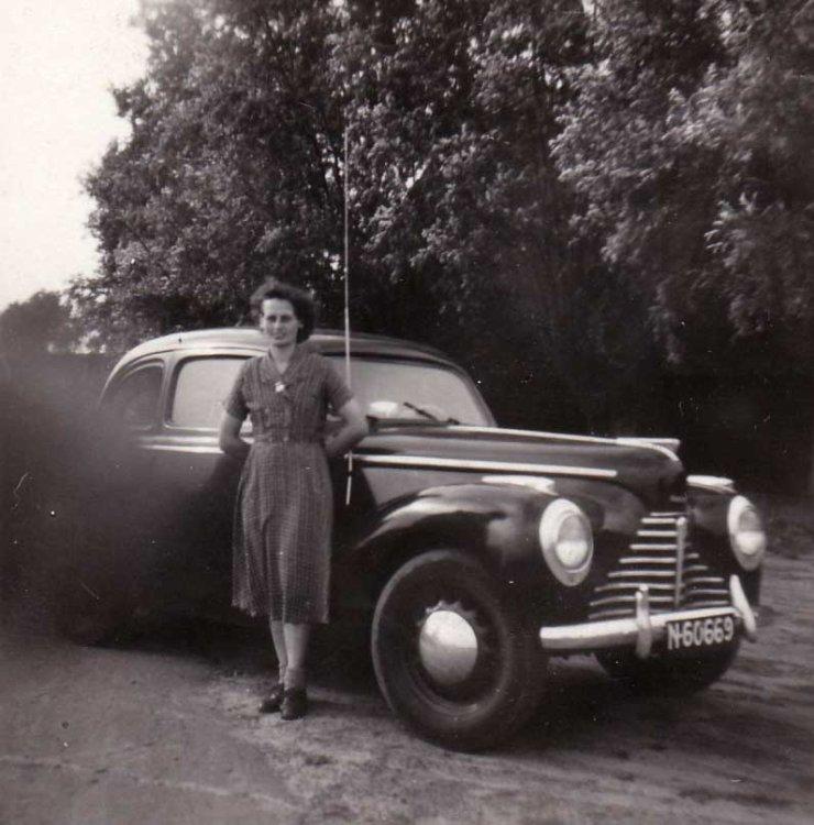 Lies Wijnen bij een Skoda 1102, bouwjaar 1946-1951 (1954; bron: album Lies Wijnen)