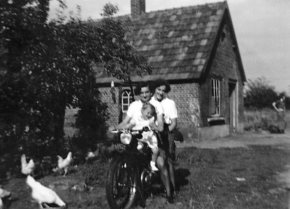 N-88825 Marietje en Nelly van den Hoogen (coll. Esters Heem)