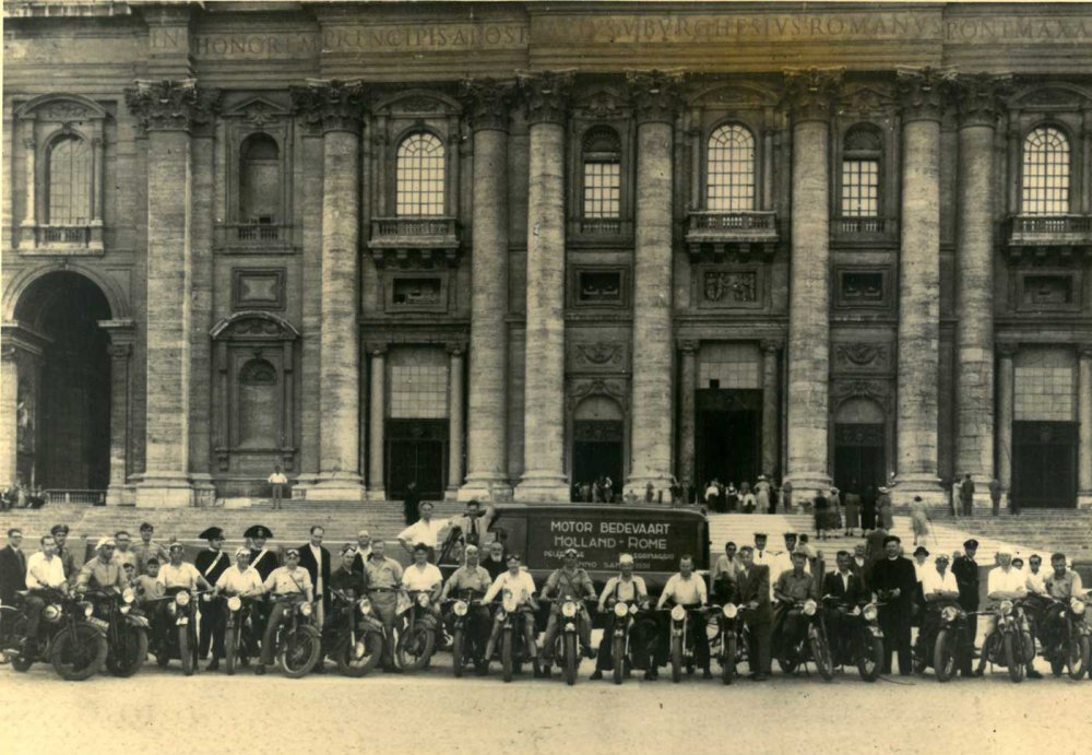Op het Sint-Pietersplein (bron: Fotoalbum Maria Motorbedevaart)